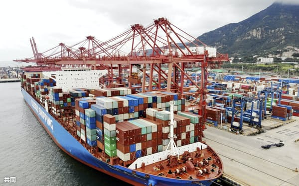 江蘇省の港のコンテナ船=CFOTO・共同