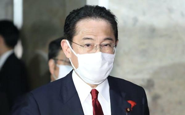 衆参両院での各党代表質問を終え、国会を出る岸田首相(13日)