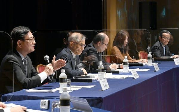 討論する(左から)京都大学の湊総長、大阪大学の西尾総長、神戸大学の藤澤学長、Compassの大津CEO、島津製作所の上田社長(13日、大阪市北区)