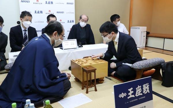 挑戦者の木村九段(左)を破り、王座戦3連覇を果たした永瀬王座(5日、神戸市中央区)