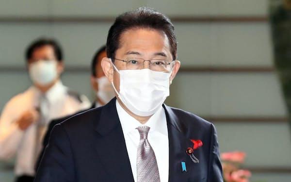 首相官邸に入る岸田首相(11日午前)