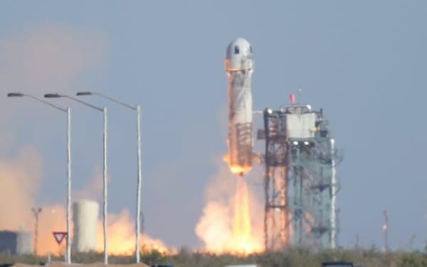13日、打ち上げられるブルーオリジンの宇宙船(米テキサス州)=AP