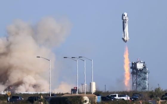 米南部テキサス州から打ち上げられる宇宙船ニューシェパード。人気SFシリーズ「スター・トレック」でカーク船長役だったウィリアム・シャトナーさん(90)ら4人を乗せて高度100キロ超の宇宙空間に到達し、パラシュートで無事帰還した(13日)=ロイター