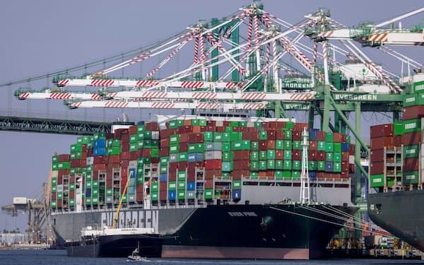 小売り大手ウォルマートや物流各社は夜間の輸送量を拡大する(ロサンゼルス港)=ロイター