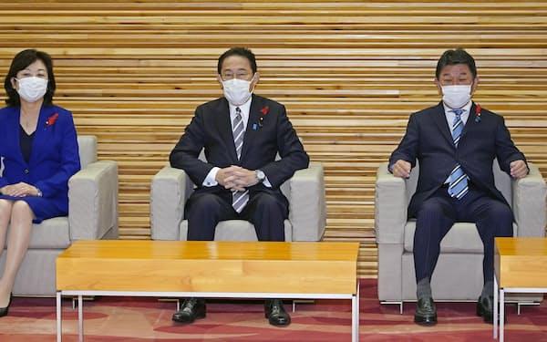 衆院解散を決定する臨時閣議に臨む岸田首相(14日午前、首相官邸)=共同