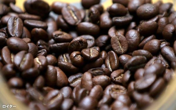 新興国の需要が伸びて需給が逼迫すれば、コーヒーは高根の花になるかもしれない(コロンビアの店頭に並ぶ焙煎=ばいせん=されたコーヒー豆)=ロイター