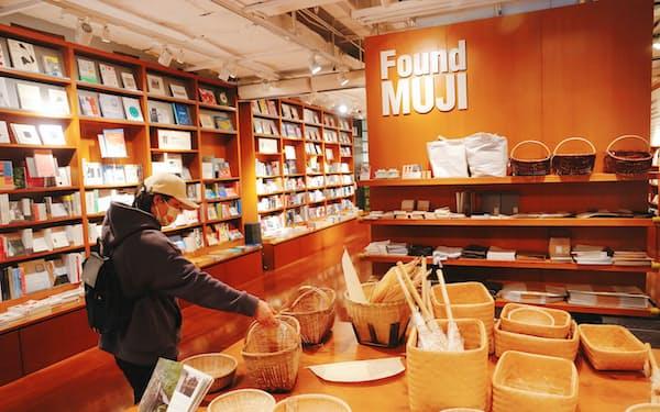 中国はコロナ禍から回復し生活雑貨などが伸びる(上海市にある「無印良品」店舗)=AP
