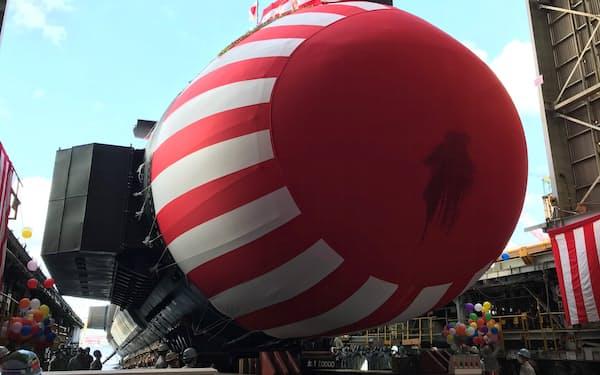 川崎重工神戸工場で進水した潜水艦「はくげい」(14日、神戸市)