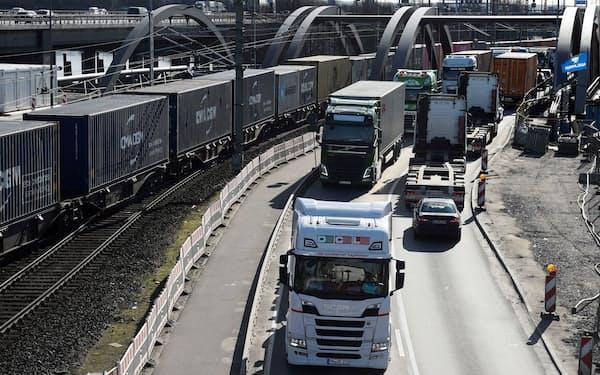 独ハンブルク港付近で列をなす大型トラック=ロイター