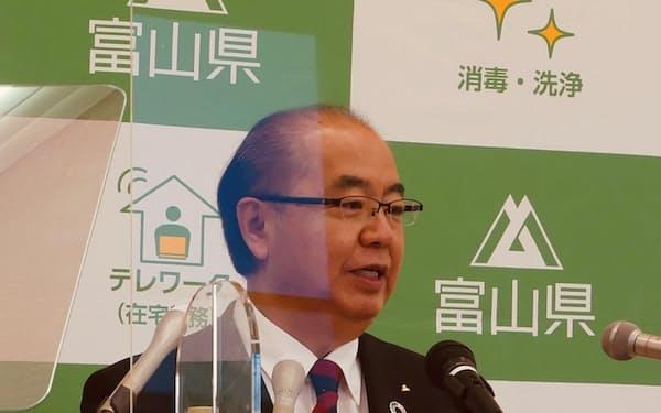 記者会見する富山県の新田八朗知事(14日、富山県庁)