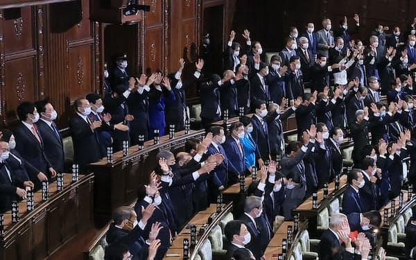 衆院本会議場に万歳の声が響いた(14日)