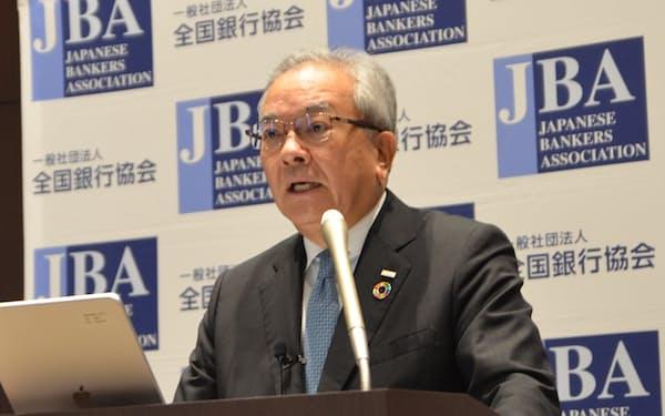 全国銀行協会の高島誠会長(14日、東京・千代田)