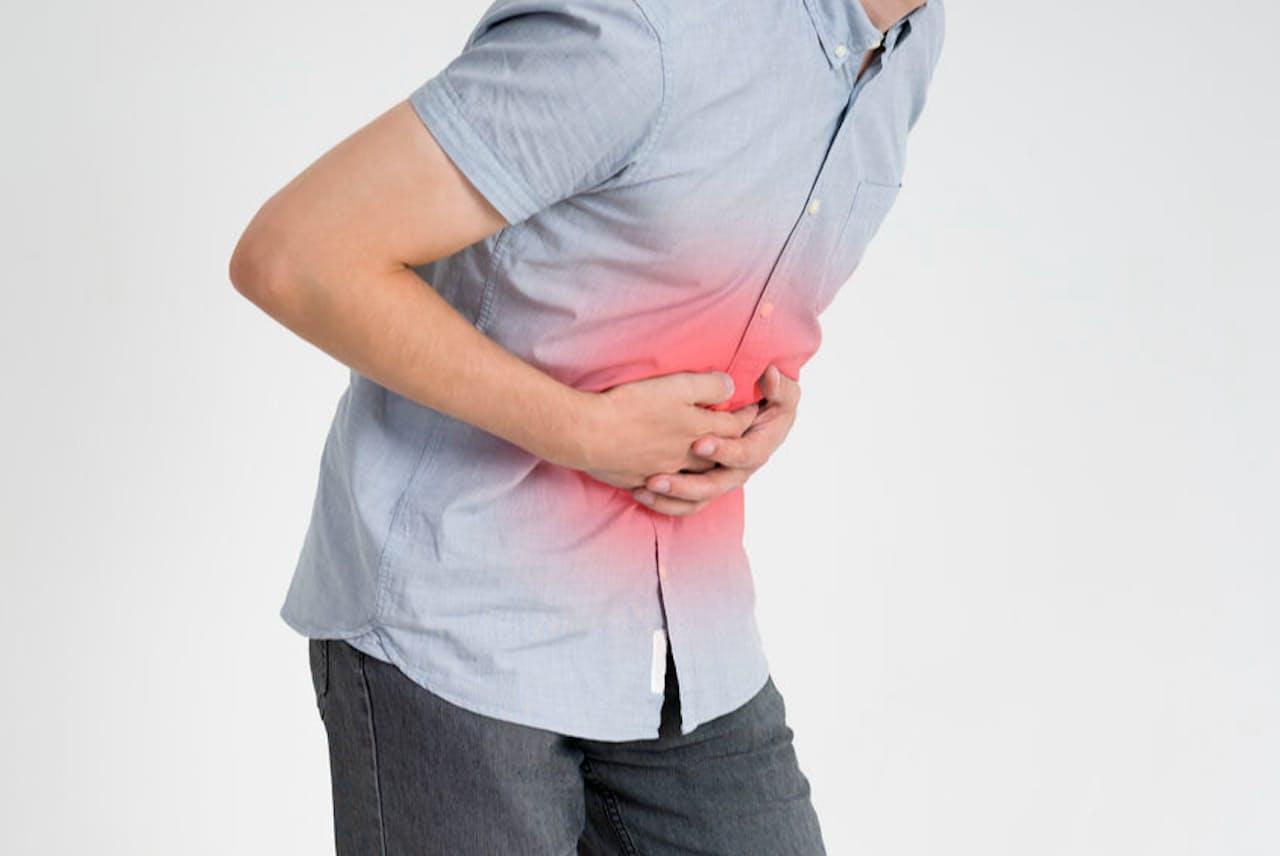 急性膵炎になるとみぞおちや背中を尋常でない痛みが襲う(写真はイメージ=123RF)