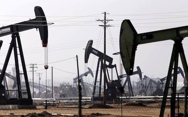 高騰した天然ガスから切り替える需要が膨らむ(米カリフォルニア州の油田施設)=ロイター
