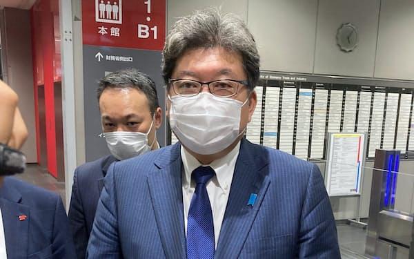 TSMCの日本進出の発表を歓迎した萩生田経産相(14日、東京・千代田)