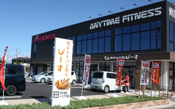 パン店やフィットネスクラブなど複数の新規事業が入る「ユメックスビル」(長野県塩尻市)