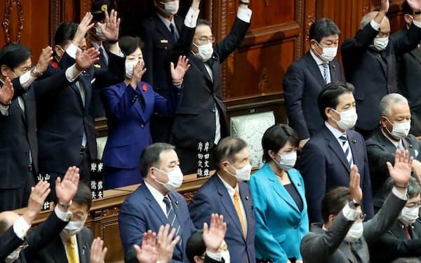 衆議院が解散され、万歳する岸田首相ら(14日、衆院本会議場)