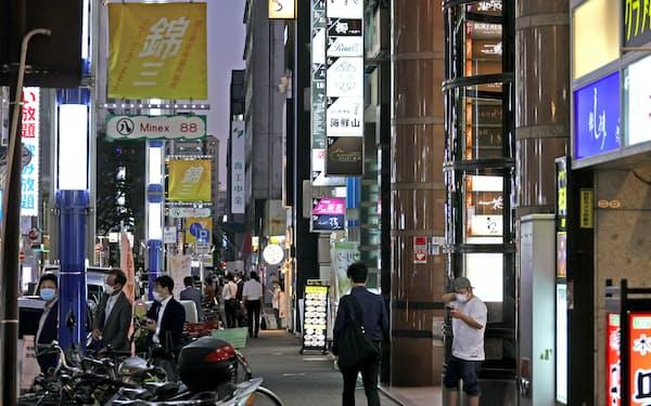 人が行き交う飲食店街(1日、名古屋市中区)