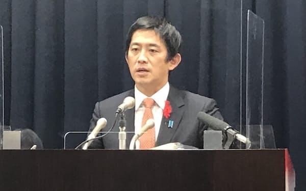 インタビューに答える小林経済安保相(14日、内閣府)