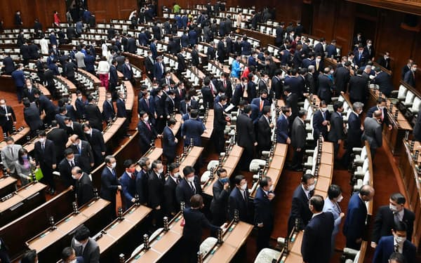 衆院が解散され、本会議場を後にする前議員(14日)