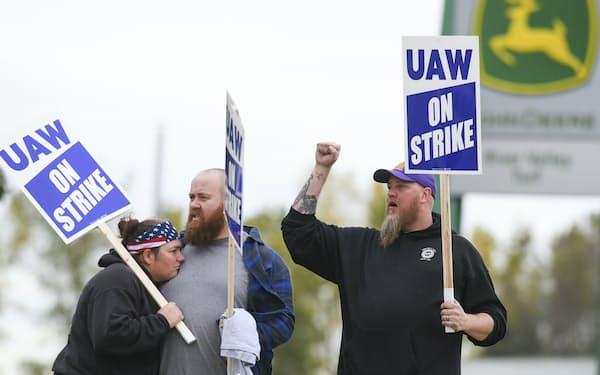 ストライキに参加するディアの従業員(14日、米アイオワ州)=AP