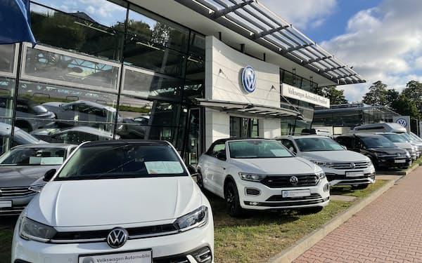 半導体不足による新車供給の遅れが長期化している(独フランクフルトの新車販売店)