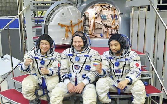 14日、モスクワ郊外の「星の町」にあるガガーリン宇宙飛行士訓練センターで、訓練を行う前沢友作氏(左)ら=代表撮影・共同