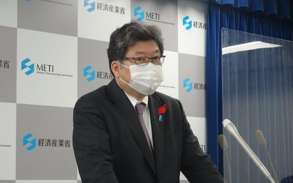 記者会見する萩生田経産相(15日、東京都千代田区)