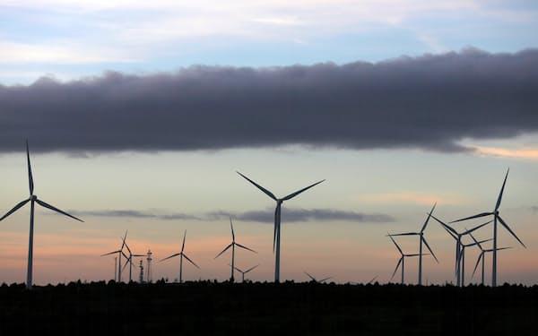 スペインは脱炭素先進国だが…(2012年、中部の風力発電)=ロイター