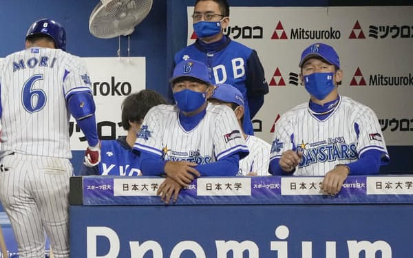 ベンチで戦況を見つめるDeNA・三浦監督(右端)=共同