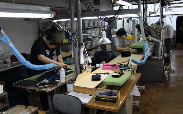 外国人技能実習生は製造業などの現場を支えている(栃木県の衣料品工場)