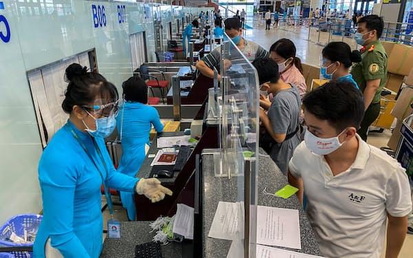 ベトナムでは国内線が再開した(10日、ノイバイ国際空港)=ロイター