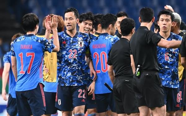 W杯アジア最終予選のオーストラリアに勝利し喜ぶ日本イレブン(12日)