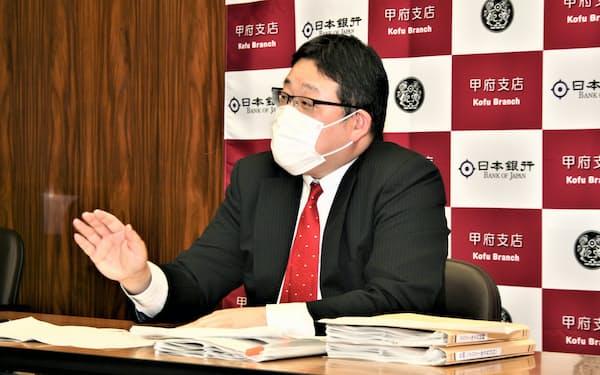 10月の金融経済概観について説明する水野裕央支店長(15日、日銀甲府支店)