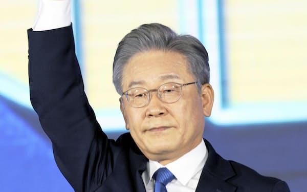 10日、ソウル市内で与党の大統領候補に選出後あいさつする李在明・京畿道知事(聯合=共同)