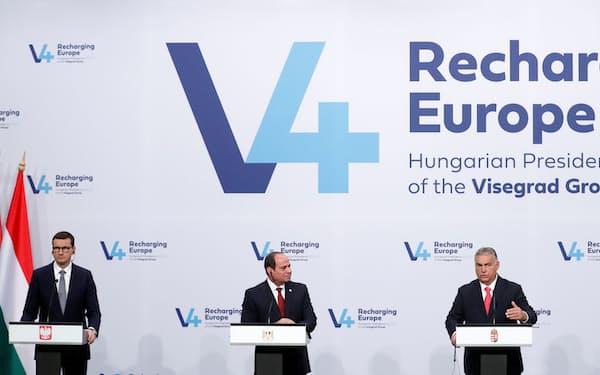 12日、ブダペストで開いた中欧の地域協力機構「ビシェグラード4」の会合後に記者会見するポーランドのモラウィエツキ首相(左端)、ハンガリーのオルバン首相(右から2番目)ら=ロイター