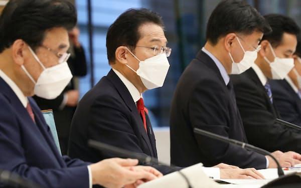 新型コロナウイルス感染症対策本部の会合で発言する岸田首相(15日午前、首相官邸)