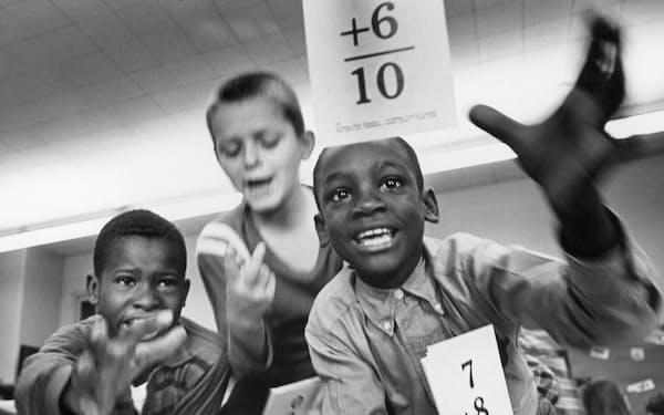 同じ教室で楽しく学ぶ黒人と白人の子どもたち(1966年、米ノースカロライナ州)=Science Source/amanaimages