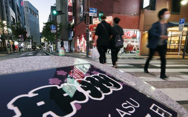 福岡県内の飲食店も通常営業が可能になった(15日夜、福岡市中洲)