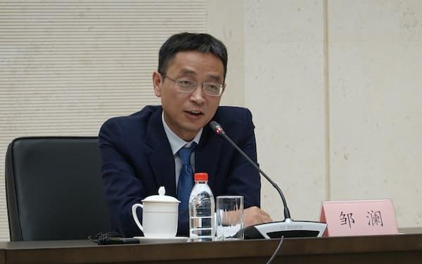 記者会見する中国人民銀行金融市場局の鄒瀾局長(北京市の人民銀行本店)