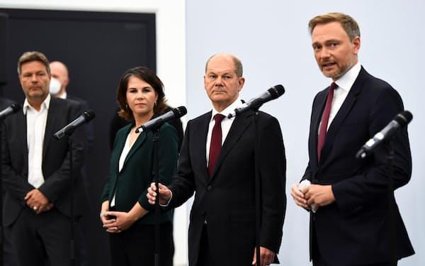 連立交渉を進めてきた各党トップ。右から2人目が次期首相候補、社民党のショルツ氏(15日、ベルリン)=ロイター