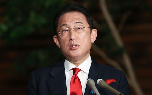日韓首脳電話協議を終え、記者の質問に答える岸田首相(15日、首相官邸)