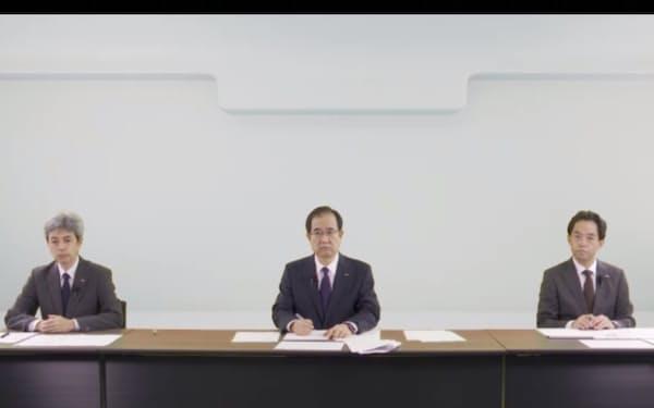 NTTドコモが大規模通信障害を受けて、オンラインで会見を開いた(15日、右から引馬章裕サービス運営部長、田村穂積副社長、小林宏常務執行役員)
