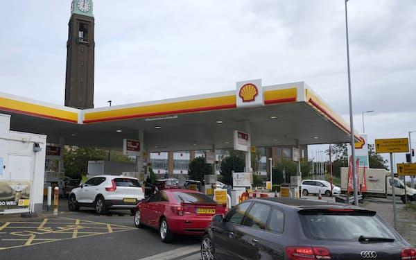 ガソリンのパニック買いで、給油所には長蛇の列ができた(9月30日)=AP