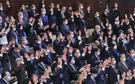 衆院が解散され万歳する前議員(14日、衆院本会議場)