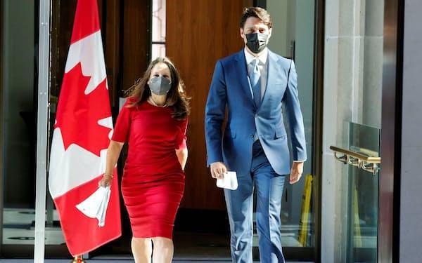 カナダのトルドー首相㊨はフリーランド副首相㊧を含む新内閣を26日に発足する=ロイター