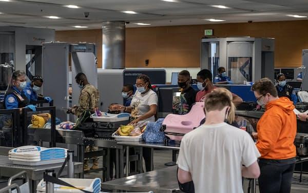 米運輸保安局(TSA)の保安検査所で待つ渡航者=ロイター