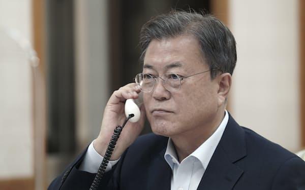 15日、岸田首相と電話で話す韓国の文在寅大統領=聯合・AP