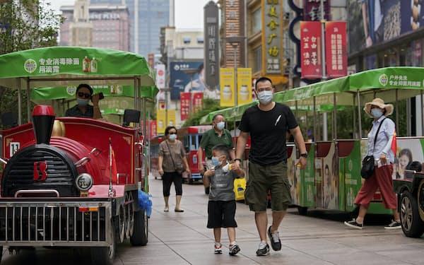 新型コロナ感染の再拡大で夏場の娯楽需要は落ち込んだ(上海市)=AP