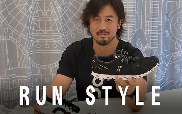 ソールが特徴的な「On」のランニングシューズを手にするオン・ジャパン代表の駒田博紀さん